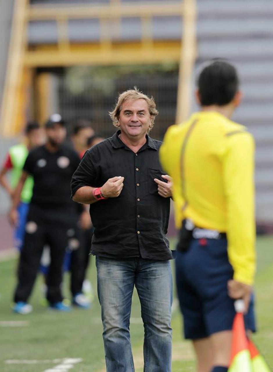 Carlos Ruiz, el técnico argentino de la Sub 23, protestó una acción al juez de línea. (Foto: Federación de Fútbol de Costa Rica)