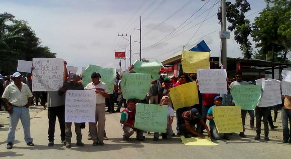 Trabajadores portan carteles a favor de que no se cierre la empresa para que no pierdan su empleo.(Foto: El informante petenero/Facebook)