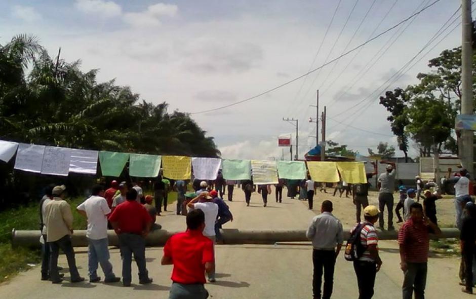 Trabajadores en la aldea La Torre bloquean el paso.(Foto: El informante petenero/Facebook)