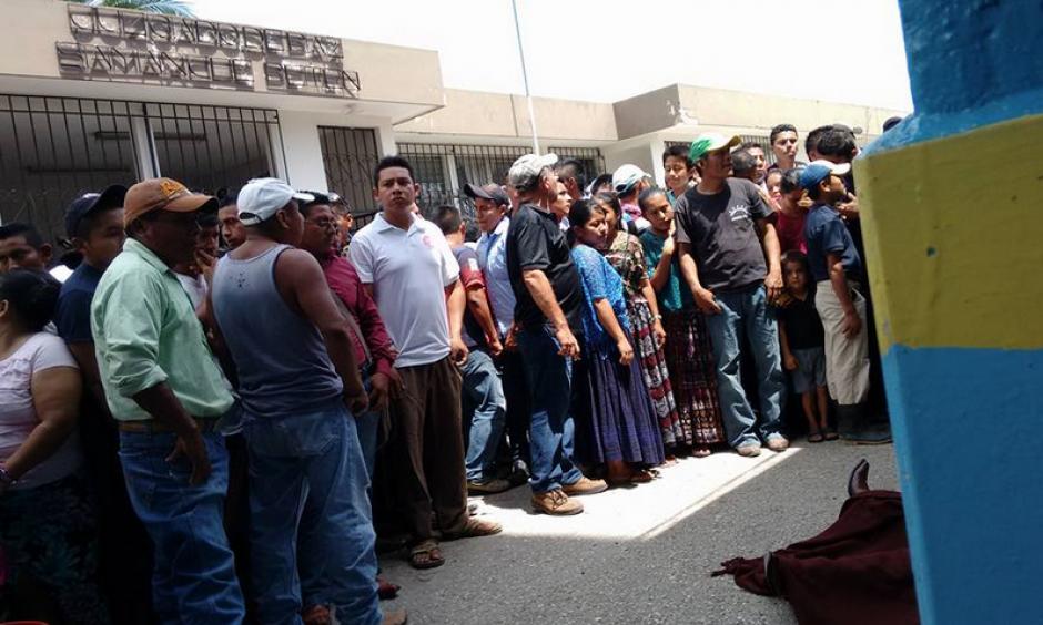 Vecinos velan el cuerpo de Rigoberto Lima Choc frente al juzgado de Paz de Sayaxché. Este maestro fue uno de los que primero denunció el ecocidio.(Foto: El informante petenero/Facebook)