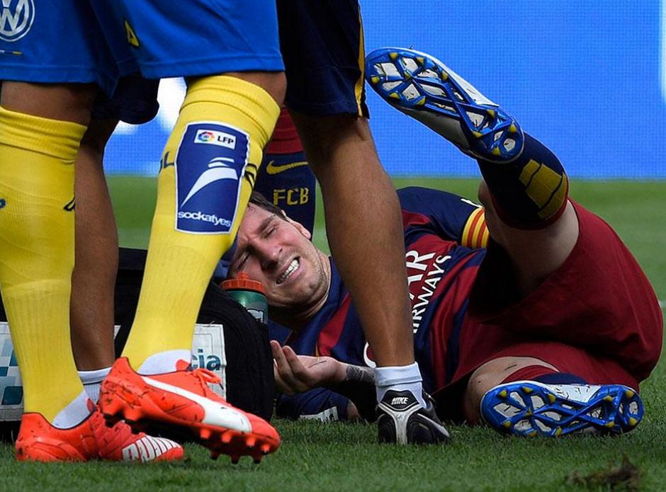 El dolor de Lionel Messi era evidente, se tomó la pierna y sabía que no podría continuar en la cancha. (Foto: AFP)