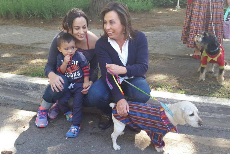 A la candidata de la UNE le gusta disfrutar el tiempo con sus hijos y nieto. (Foto: Facebook)
