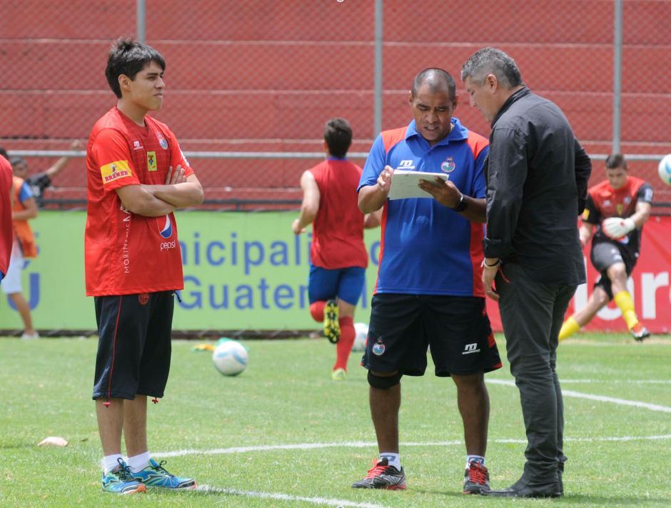 Juan Carlos Plata fue parte del cuerpo técnico de Municipal en el torneo Apertura 2015. (Foto: Soy502)