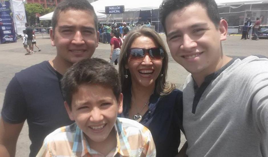 Patricia es madre de tres hijos con los que posa en la foto. (Foto: Facebook)