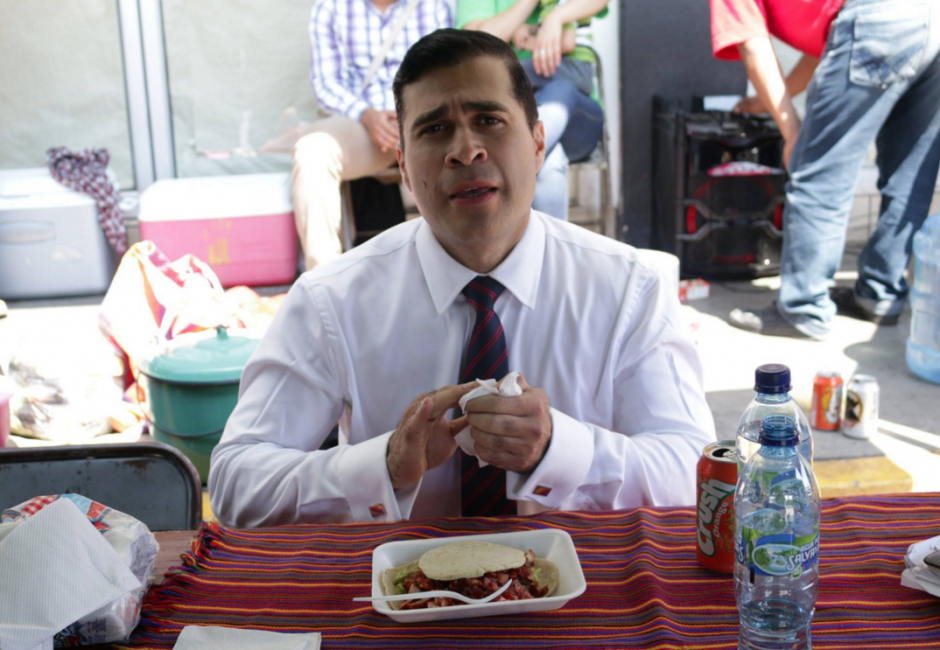 Neto Bran, alcalde de Mixco, se fue con corbata y todo para degustar de los famosos chicharrones mixqueños. (Foto: Facebook Neto Bran)