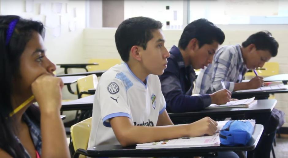 Los hermanos trataban de resolver algunas dudas sobr el tema que se desarrolló en su primera clase en el IGA.(Foto: Fredy Hernández/Soy502)