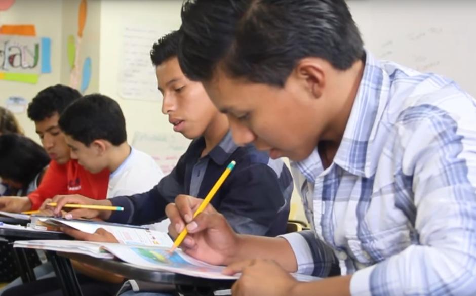 A los hermanos Cúmez se les han abierto puertas muy importantes para alcanzar una de sus principales metas a corto plazo: graduarse de Licenciados en Enfermería. Este jueves iniciaron sus cursos de inglés en el IGA, donde recibieron una beca completa hasta finalizar todos los niveles. (Foto: Fredy Hernández/Soy502)