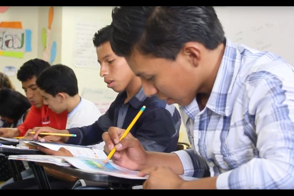Carlos Daniel y Mario también recibieron una beca en el IGA para estudiar inglés. (Foto: Fredy Hernández/Soy502)