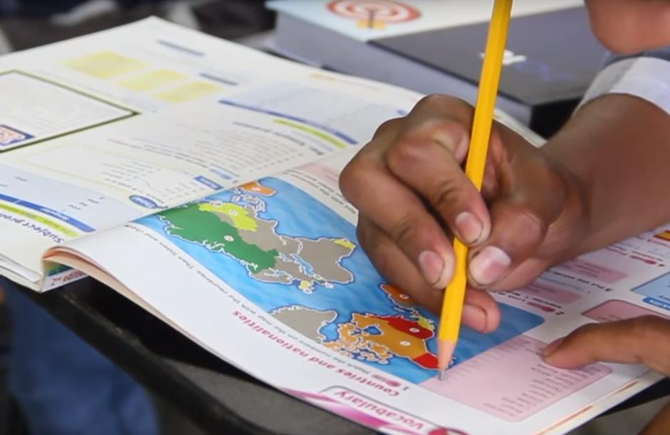 Apenas pasaron unos minutos en clase cuando empezaron a hacer ejercicios en inglés. El tema era vocabulario relacionado con países y nacionalidades.(Foto: Fredy Hernández/Soy502)