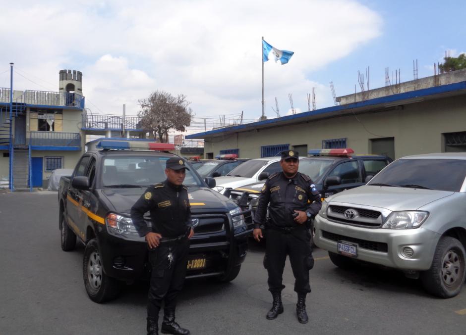 Mario Rodolfo Lacán y Jorge Mario López son los agentes que apoyaron a una ciudadana la noche del miércoles. (Foto: Soy502)