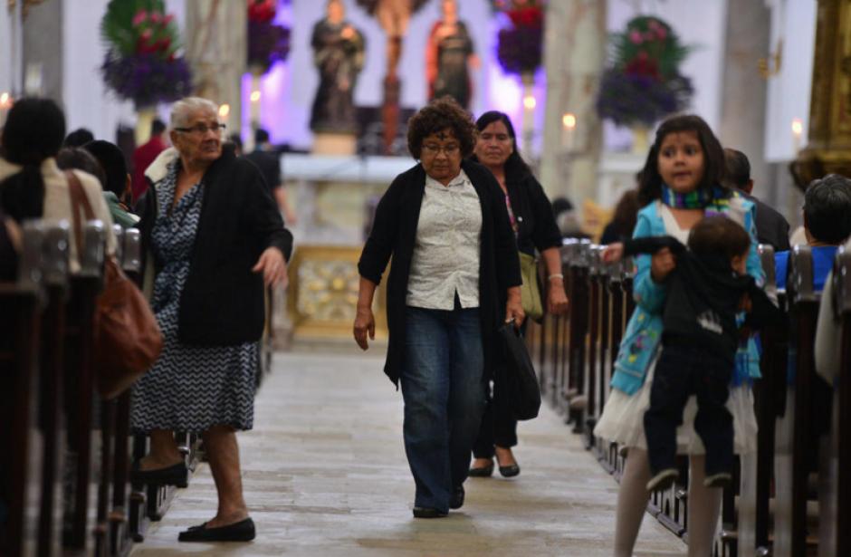 Las bajas temperaturas que afectan el país, no fueron impedimento para que fieles católicos asistieran a imponerse la Cruz de Ceniza. (Foto: Wilder López/Soy502)