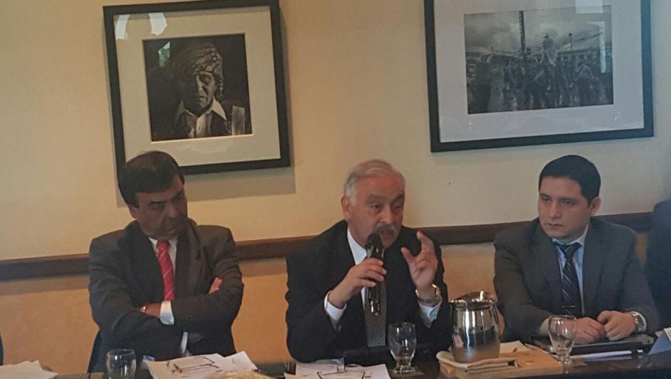 También se encuentran en la reunión exministros de la cartera financiera. (Foto: Minfin)