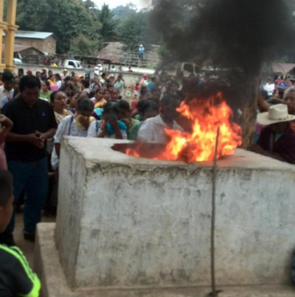 En el lugar la población q'eqchi celebró el paso que dio la justicia. (Foto: MTM)