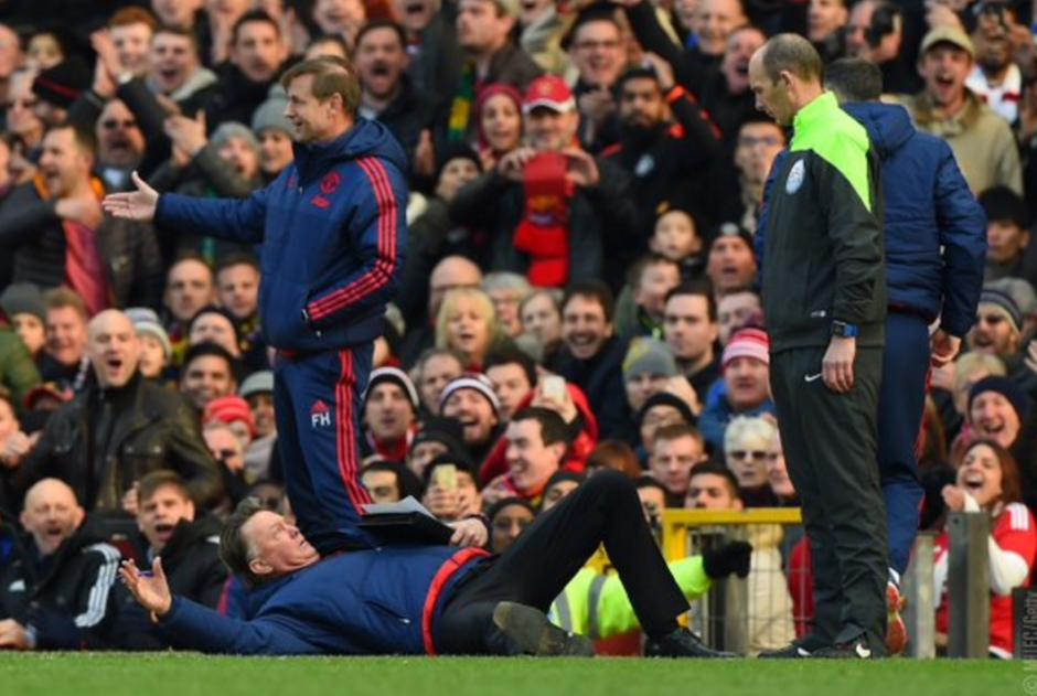 Van Gaal simuló una agresión de manera insólita, durante la jornada dominical de la Premier League. (Foto: Twitter)