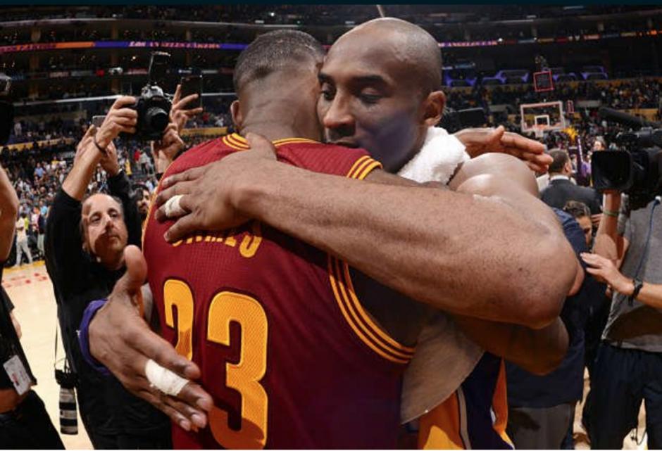 Abrazo de dos figuras históricas de la NBA. (Foto: Instagram NBA)