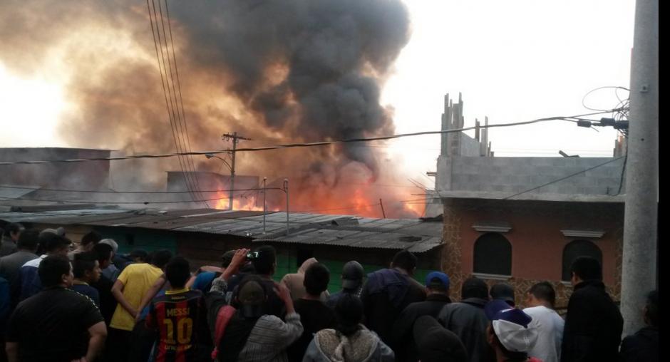 Un incendio se ha declarado en el mercado La Terminal. (Foto: Bomberos Voluntarios)