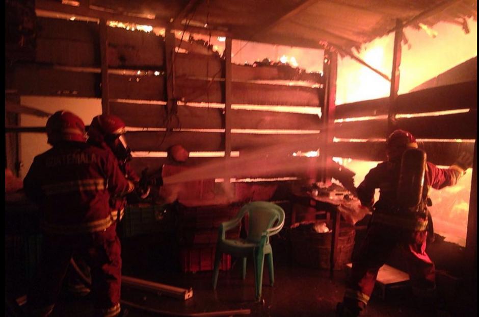 Socorristas atienden ya el incendio que se ha declarado en La Terminal (Foto: Bomberos Municipales)