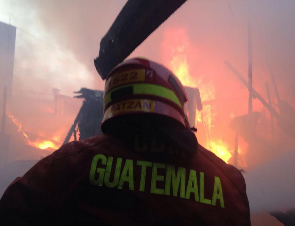 Un incendio de grandes proporciones ha iniciado en El Mercado (Foto: Bomberos Municipales