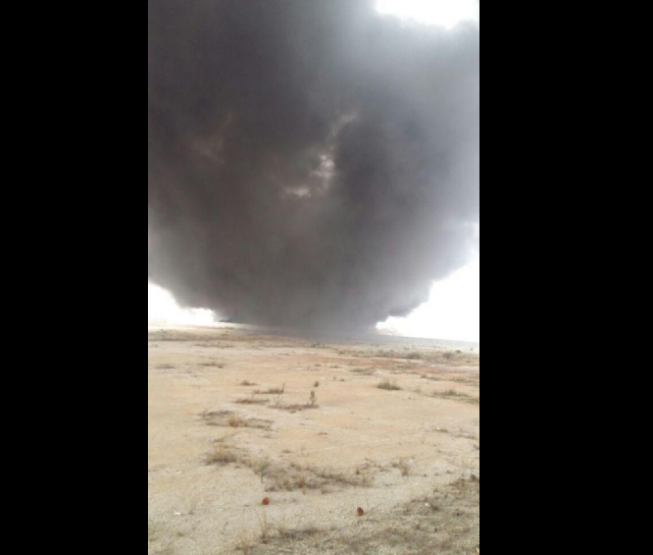 El incendio provocó una extensa columna de humo negro contaminante. (Foto: Gerson Gudiel/Twitter)