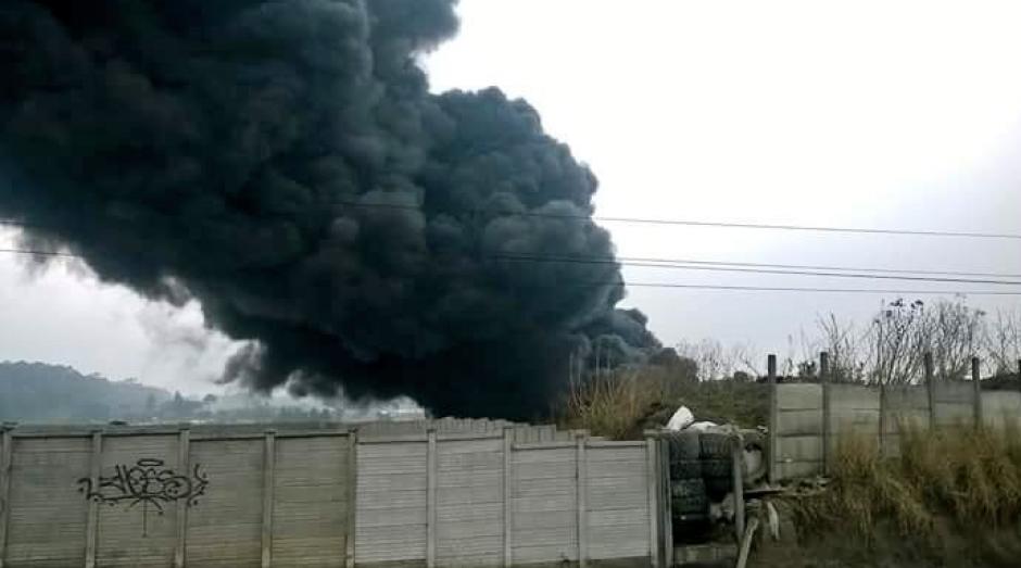 Los conductores reportan baja visibilidad en el área por el humo provocado. (Foto: Gerson Gudiel/Twitter)