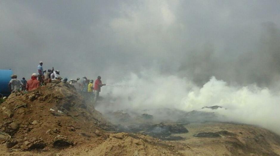 Voluntarios colaboraron para sofocar las llamas. (Foto: Gerson Gudiel/Twitter)