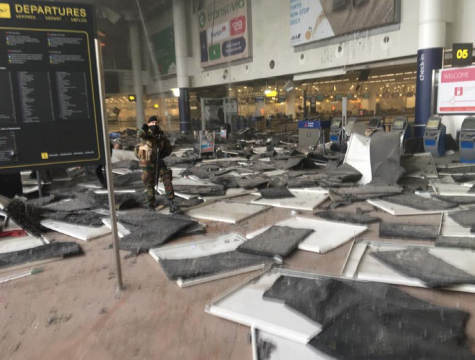 El interior del aeropuerto lucía devastado. (Foto: vía Conflict News/Twitter)