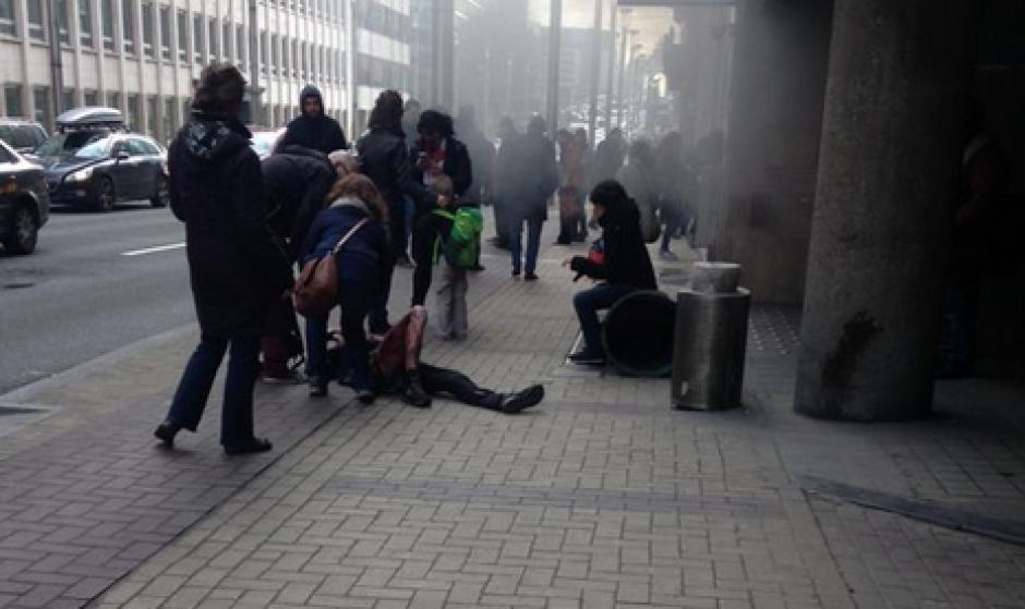 Así se veía la gente en las afueras de la estación de Maalbeek (Foto: Conflict News/Twitter)