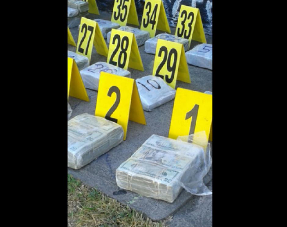 La Fiscalía contra el Lavado de Dinero se encuentra contando los paquetes incautados. (Foto: MP)
