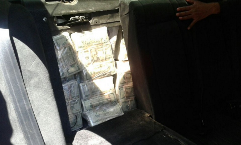 El conductor del vehículo escondió el dinero en un compartimento del asiento trasero. (Foto: MP)