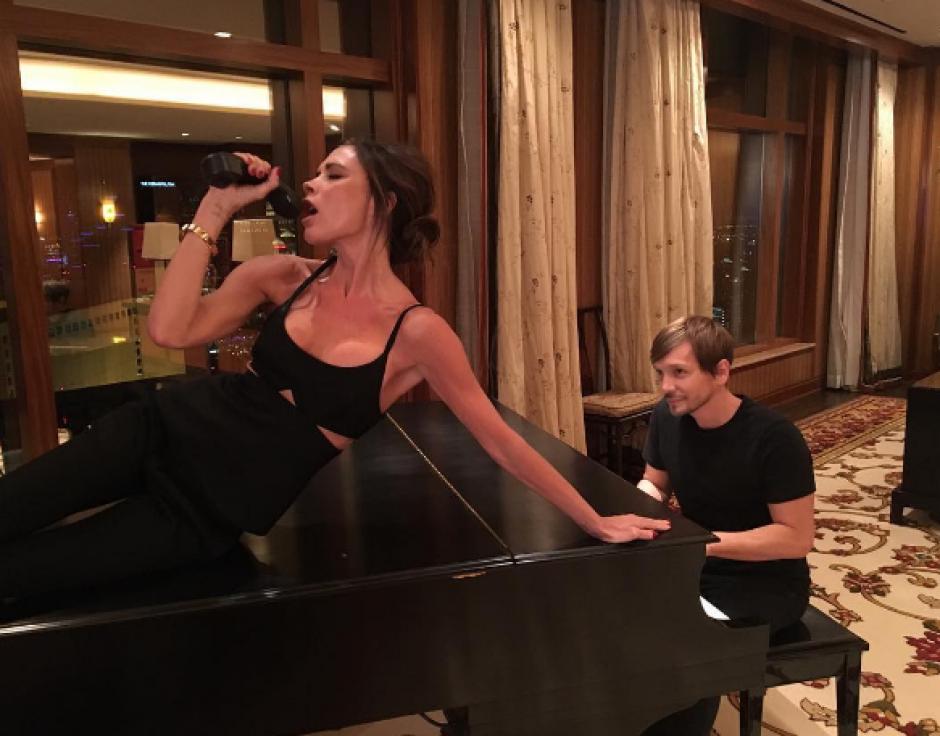 Victoria Beckham, una de las integrantes, reveló que la productora apagaba su micrófono durante las actuaciones. (Foto: Instagram)