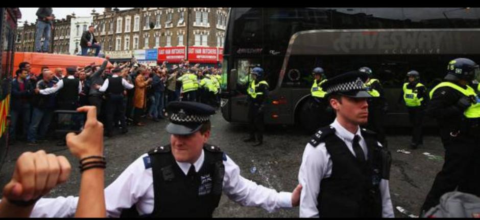 La policía está investigando el hecho para identificar a los aficionados. (Foto: Twitter)