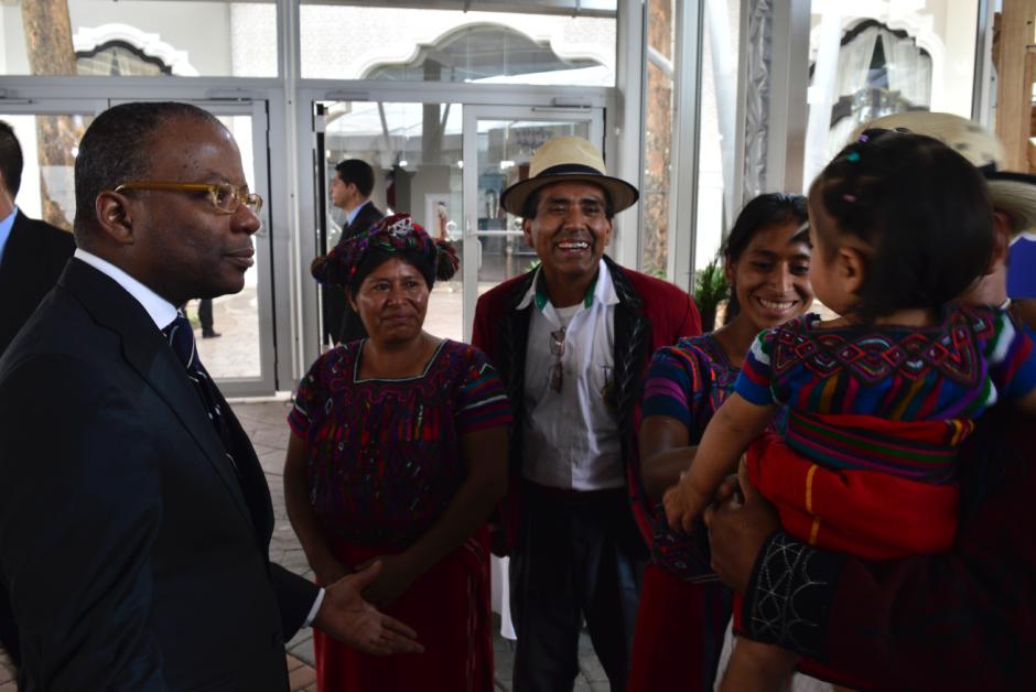 Embajador Robinson viajó hace unos meses al área para conocer la planta de procesamiento de leche de cabra.  (Foto: Alejandro Ortiz/Soy502)