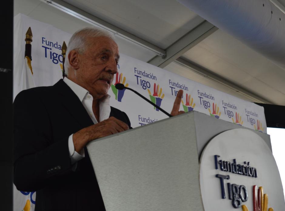 El presidente de Tigo, Mario López, donó dos camionetas refrigeradores para un proyecto de producción de leche de cabra. (Foto: Alejandro Ortiz/Soy502)