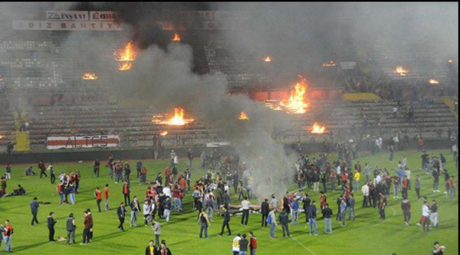 Los aficionados del Eskisehirspor hicieron destrozos en su estadio. (Foto: Twitter)