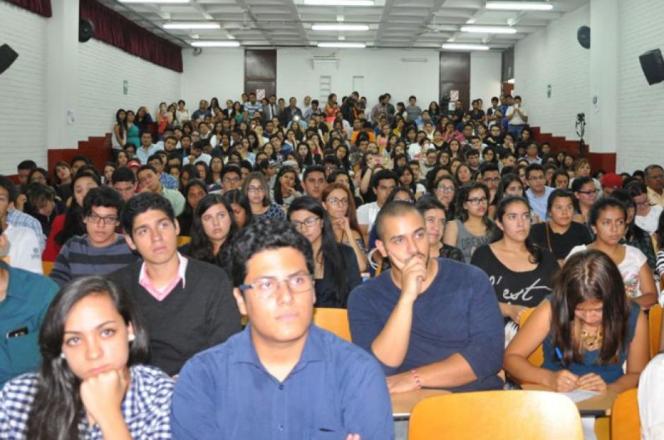 El salón se llenó de estudiantes que querían escuchar las palabras del comisionado. (Foto: CICIG)