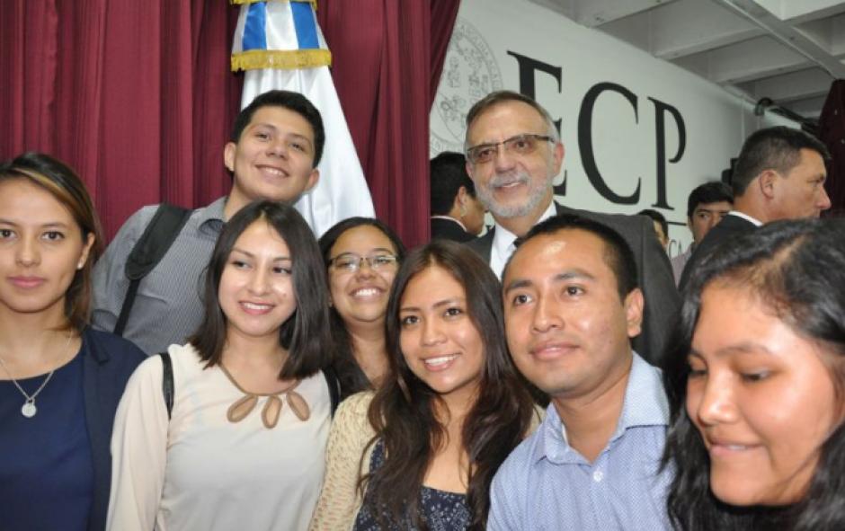 Los estudiantes de la USAC aprovecharon a fotografiarse con el Comisionado. (Foto: CICIG)