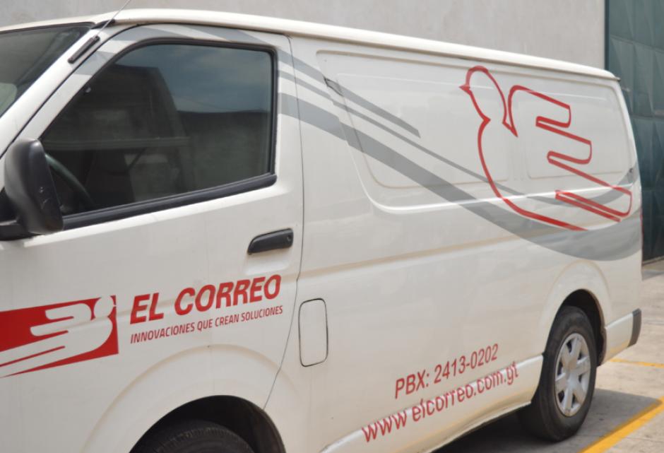 Los equipos de distribución ayudaron a evacuar la bodega. (Foto: Camila Chicas/Soy502)