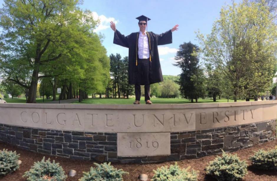 """El joven se graduó """"cum laude"""" en la Universidad de Colgate. (Foto: Facebook)"""