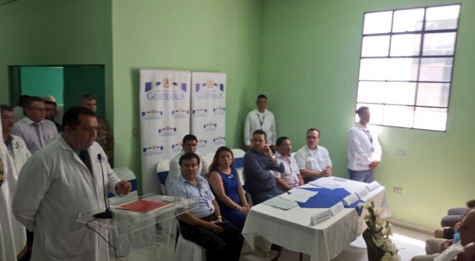 Morales se confundió durante su visita al hospital de Mazatenango. (Foto: Twitter)