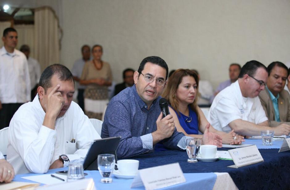 En su viaje a Suchitepéquez le acompañaron algunos ministros y viceministros. (Foto: AGN)
