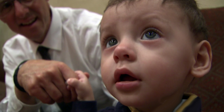 El pequeño Moisés tiene una visa temporal de 3 semanas para estar en su casa. (Foto: Univisión)