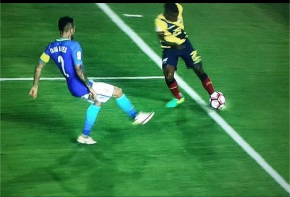 En pausa, el momento en el cual Bolaños realiza el centro-tiro. (Foto: Twitter)