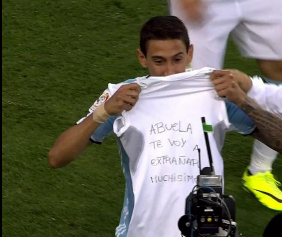 Ángel Di María mostró una camisa con un mensaje para su abuelita quien falleció recientemente, para celebrar su gol ante Chile. (Foto: Captura de imagen)