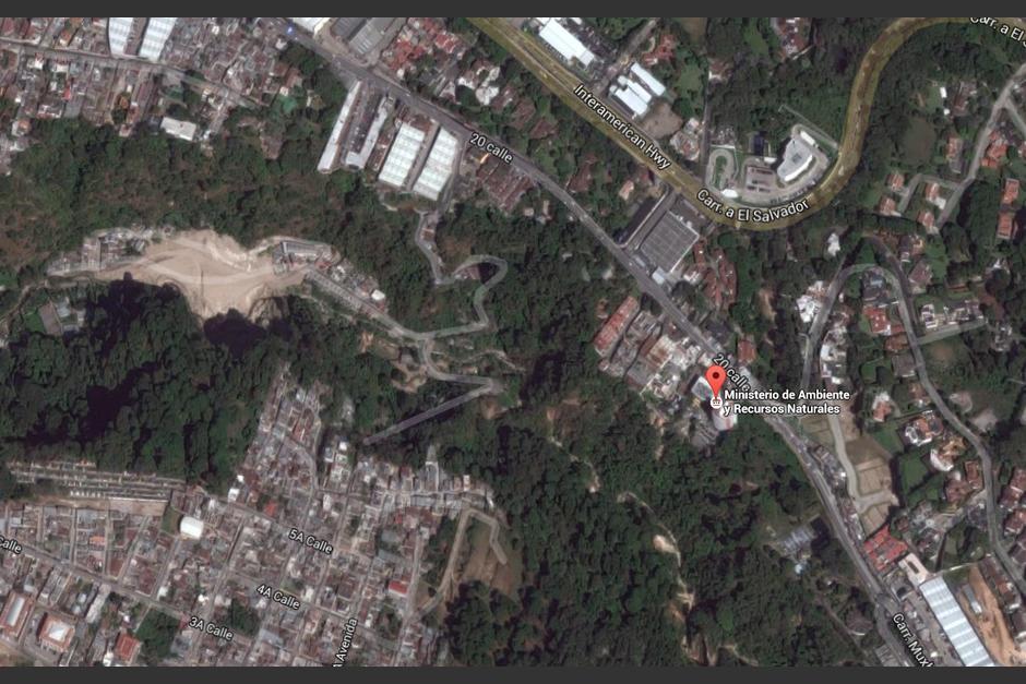 El edificio se ubica en la ladera frontal a la que se derrumbó sobre la colonia de El Cambray. (Foto: Google)