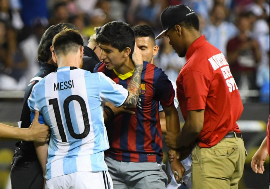 Messi no dudó en abrazar al aficionado que ingresó a la gramilla a saludarlo. (Foto: Twitter)