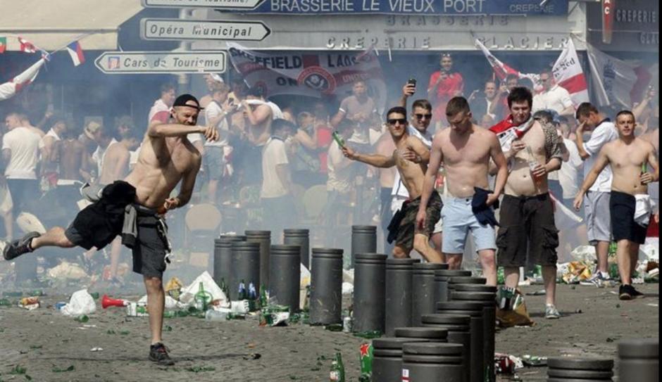 Unos 400 aficionados de Inglaterra y Rusia se enfrentaron en Marsella, previo al juego de sus selecciones. (Foto: Twitter)