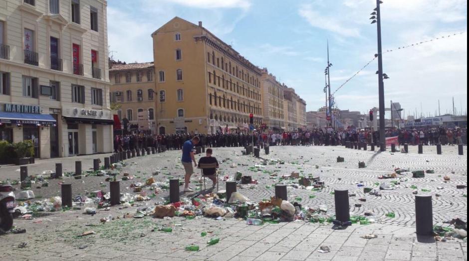Así quedó el escenario (una de las plazas de Marsella) tras el enfrentamiento. (Foto: Twitter)