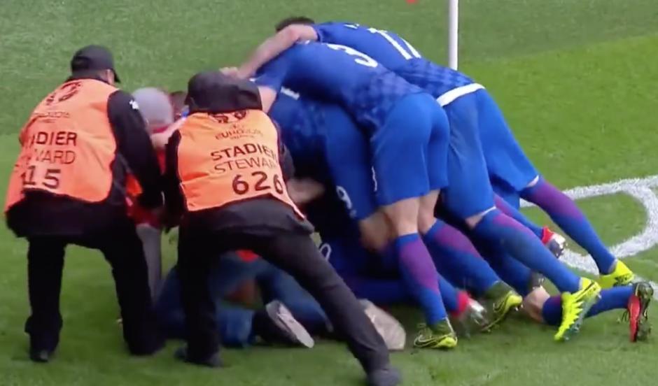 """La policía intervino y sacó al """"intruso"""" que festejó con los jugadores de Croacia. (Foto: Captura de pantalla)"""
