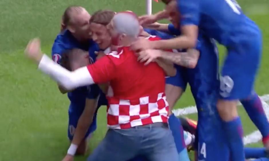Como uno más, así festejó el seguidor croata que saltó de los graderíos. (Foto: Captura de pantalla)