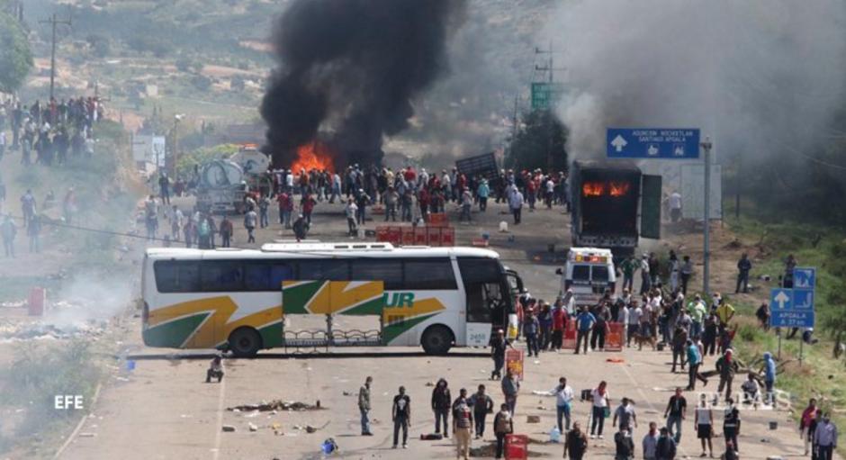 Al menos tres personas perdieron la vida este domingo en Oaxaca, México, por enfrentamiento entre maestros y la policía. (Foto: El País/EFE)